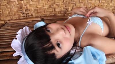 c16 - 大きな瞳に可愛い顔なのに、出るところは出てる美少女のビキニ姿
